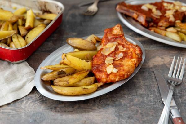 meal kit photo Côtes de porc sauce tomate et patates rôties 1 - La Ruche qui dit Oui ! à la maison