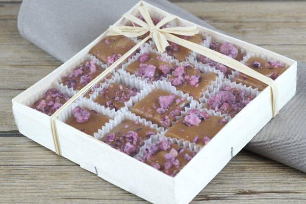 Caramels aux pétales de roses cristallisées boite de 16 - Les Nicettes